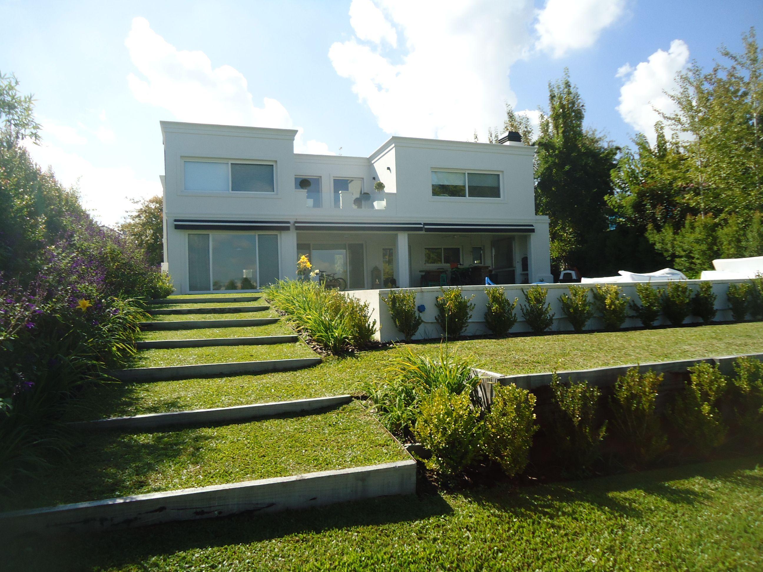 Oda al verde jardin aterrazado a lago garden to lake for Patios y jardines modernos