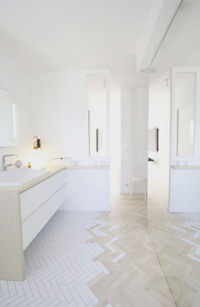 Geschickter Ubergang Des Flur Fussbodens Zum Badezimmer Fussboden Badezimmergestaltung Fischgratenboden Bad Inspiration