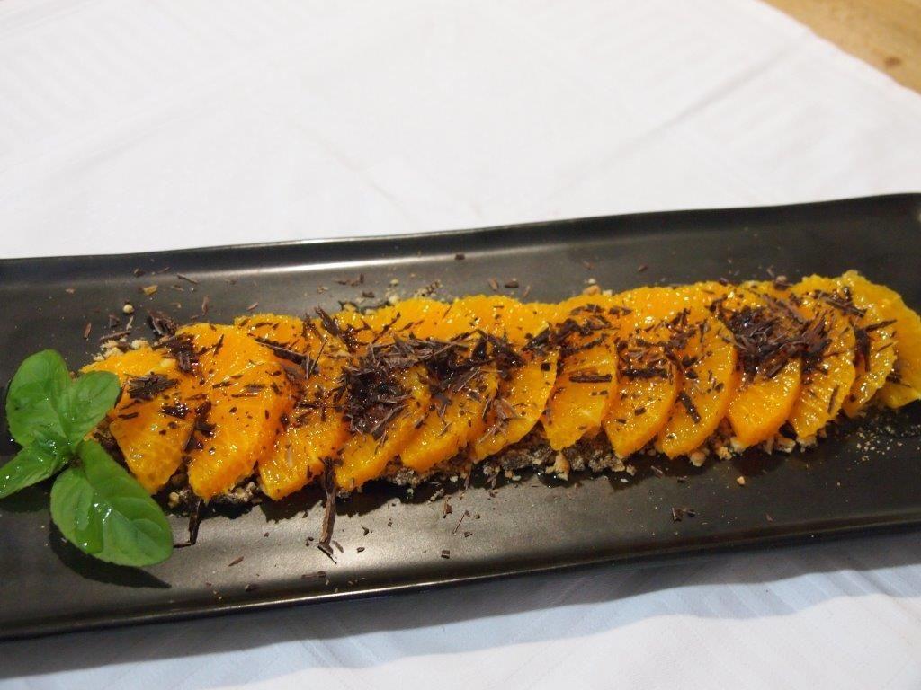 Naranjas sobre arena de galleta, virutas de chocolate y aceite de oliva | Cocinar en casa es facilisimo.com