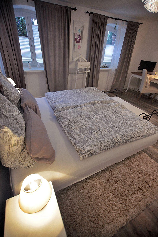 Schlafen im Wasserbett | Komfort Ferienwohnung im Souterrain | Bett ...