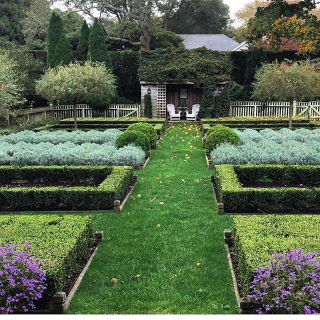 East Hampton Village Barefoot Contessas Garden Even Going Into Winter Mode It S Beautiful Inagarten She S At Th Garden Tours Hampton Garden Ina Garten