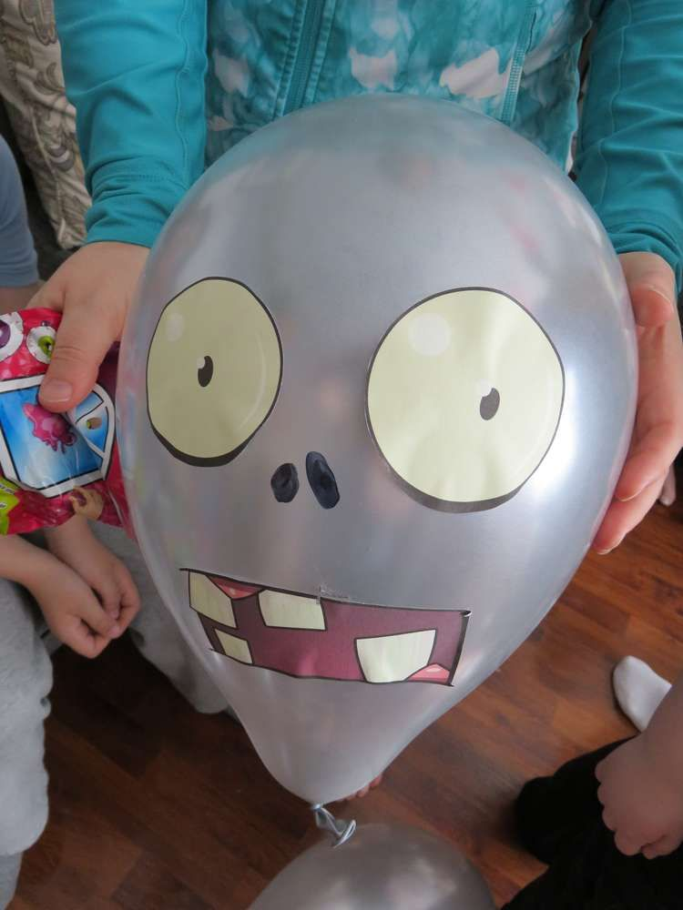 Plants vs zombies birthday party ideas en 2019 for Decoracion con globos plantas contra zombies