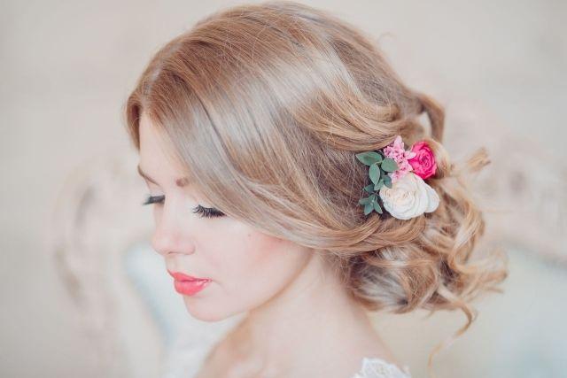 entspannte Steckfrisur mit offenen Haarreifen-Blumenschmuck