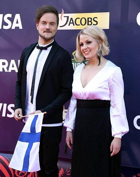 Lasse Piiroinen ja Leena Tirronen edustavat Suomea Blackbird-kappaleella.