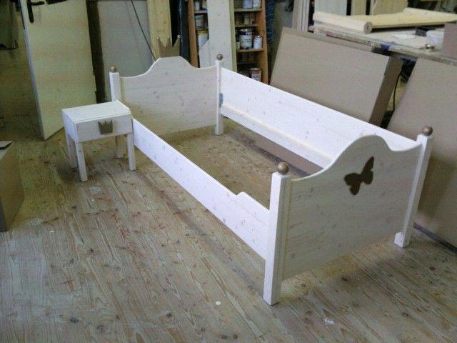 Das Bett Lotta Mit Goldenem Schmetterling Und Nachttischchen