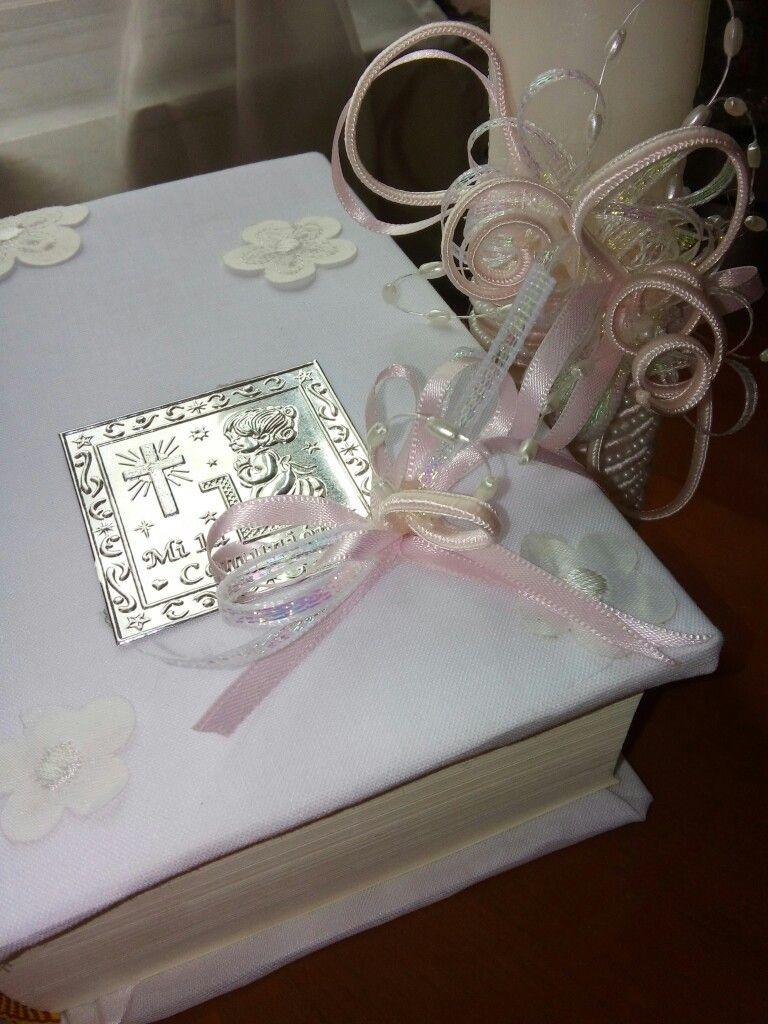 Arreglo de vela y libro para comunión