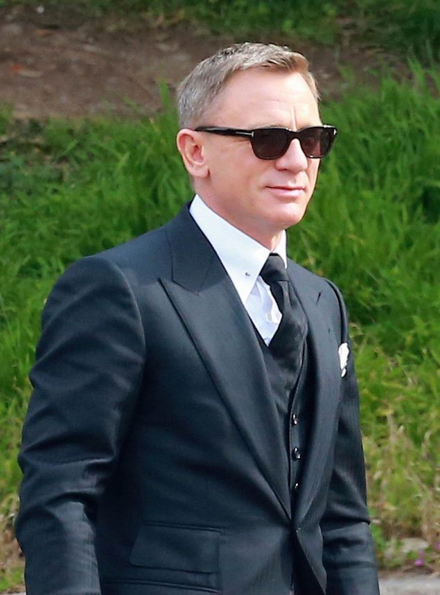 46e562e352d Daniel Craig Styling some great shades and a great suit.