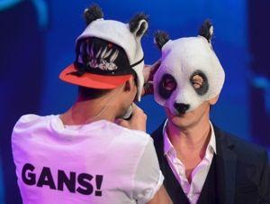 In diesem Bild ist kein Sido versteckt: Markus Lanz (r.) mit Rapper Cro und dessen Maske (Foto: ZDF)