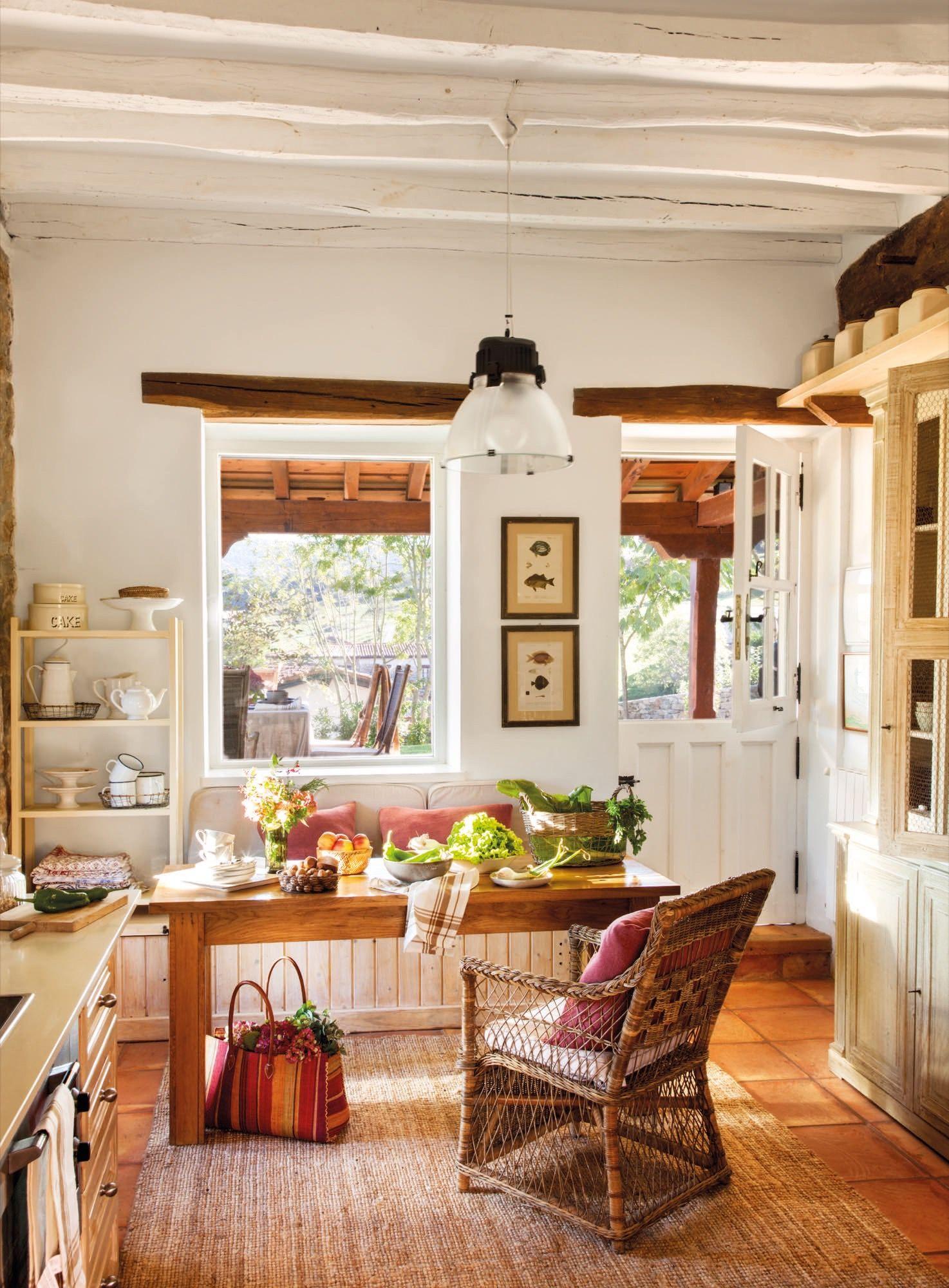 Salon con ventana interior en una casa rustica en 2018 for Cocinas campestres pequenas