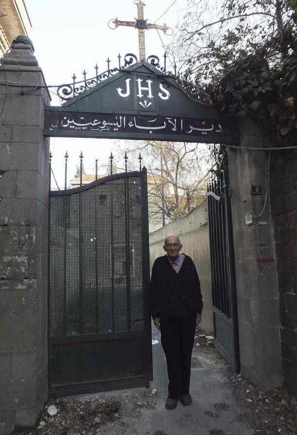 De toegangspoort van het klooster wordt geregeld getroffen door rondvliegende kogels.Pater Frans. Doodgeschoten in Homs,Syrie.