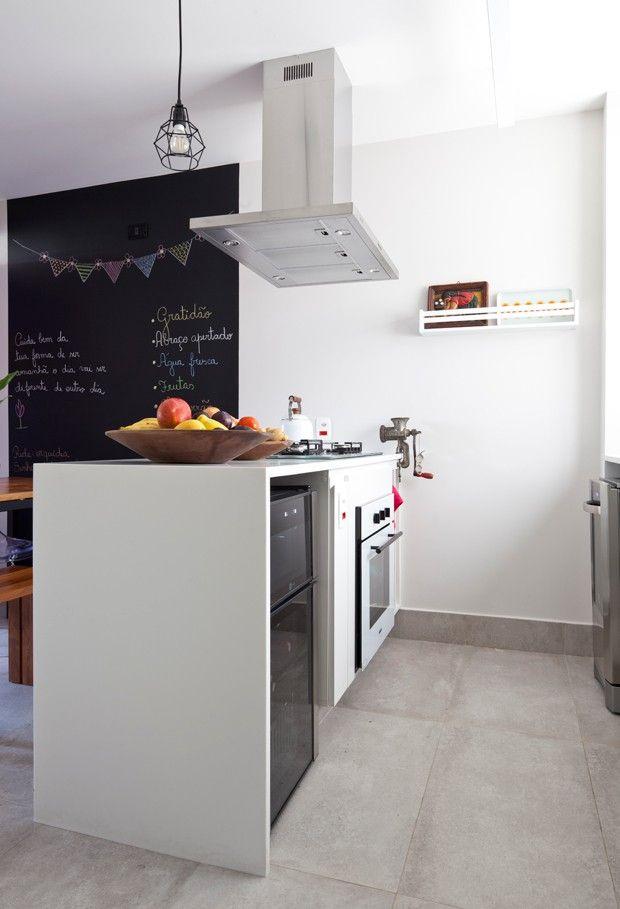 Entre o balcão com cooktop e forno e a bancada da pia foi deixado um espaço de 1 m. Essa dimensão é calculada para circulação confortável dos moradores e abertura dos eletrodomésticos  (Foto: Maira Acayaba)