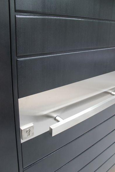 Gros plan d\u0027une porte d\u0027entrée sur pivot PIVOT DOORS Portes d