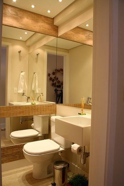 Lavabo pequeno com parede em porcelanato que imita madeira for Lavabo bano pequeno
