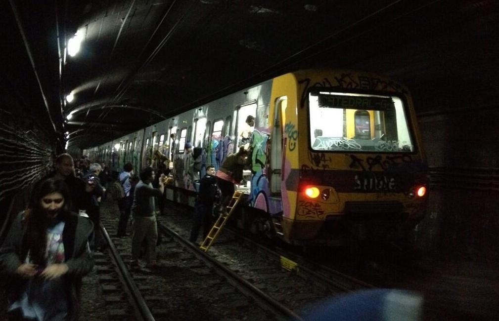 Evacuaron a pasajeros de un subte de la línea D entre Tribunales y 9 de Julio por falla técnica. (@carochapotot y @SantiMateo )