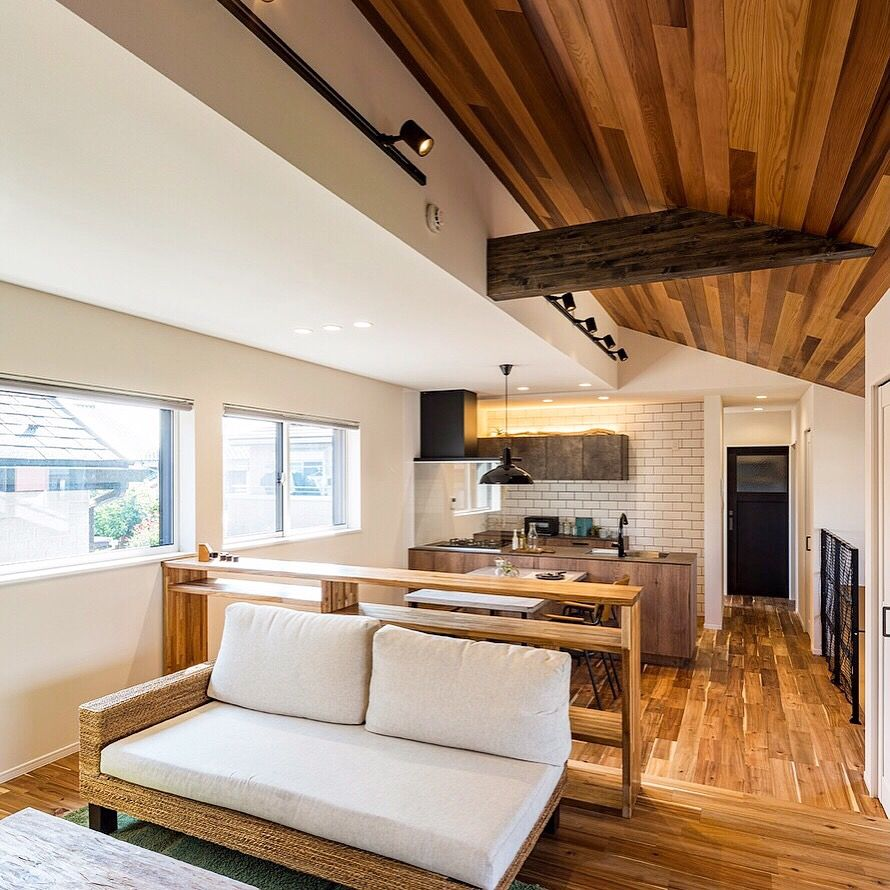 無垢の木 溢れる室内 天井材 レッドシダー 床 材 アカシア 壁紙
