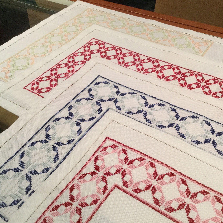 originales manteles bordados a mano se ofrecen en distintos colores o todos del mismo tono
