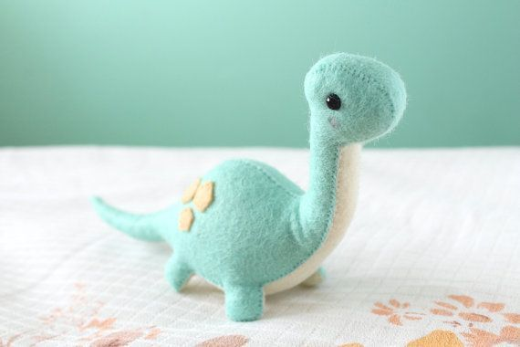 Make your own felt dinosaur.  PDF dinosaur toy pattern.  pdf-pattern-felt-brontosaurus-dinosaur