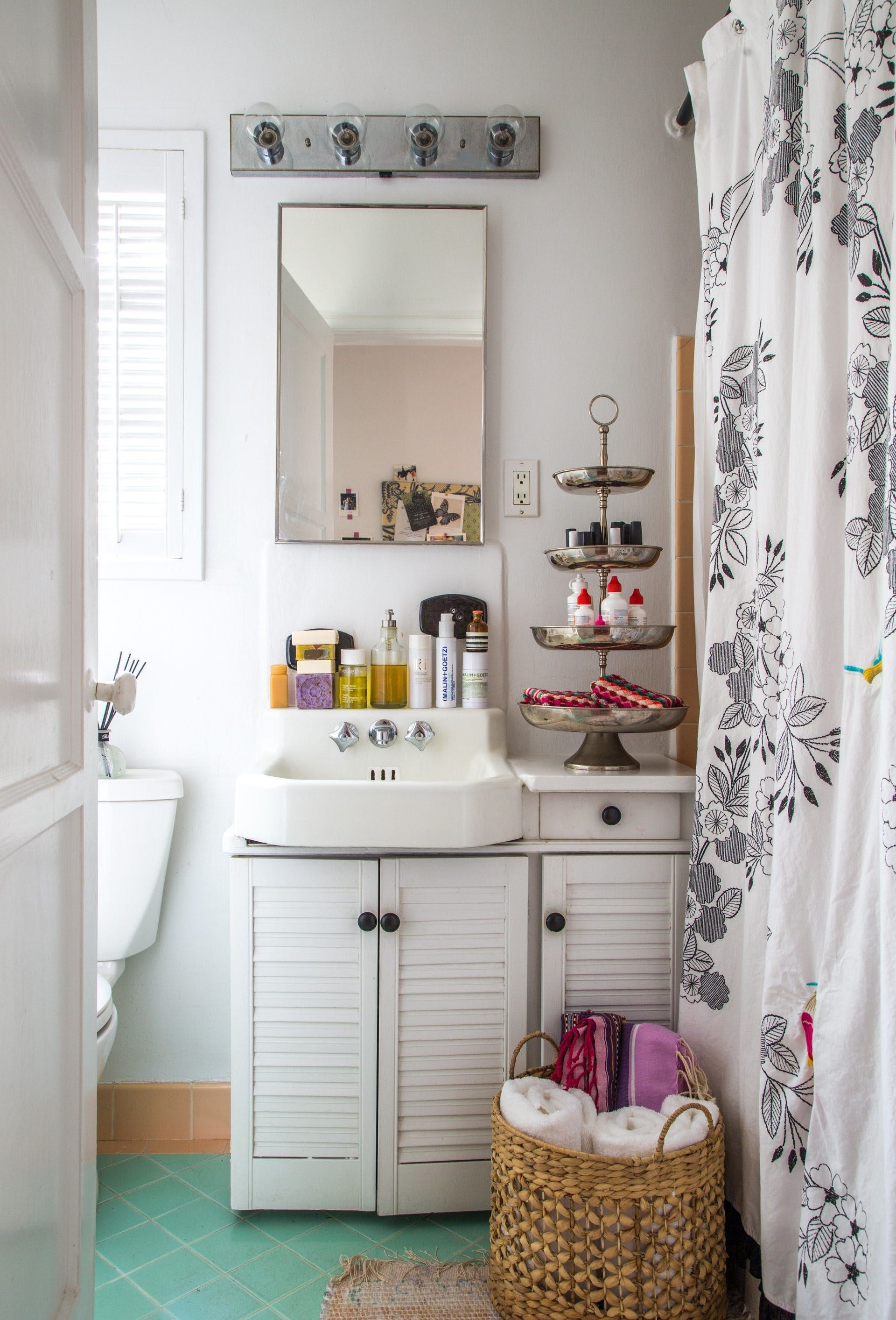 How to Love Your Tiny Rental Bathroom: Styling Ideas from 10 Real ...