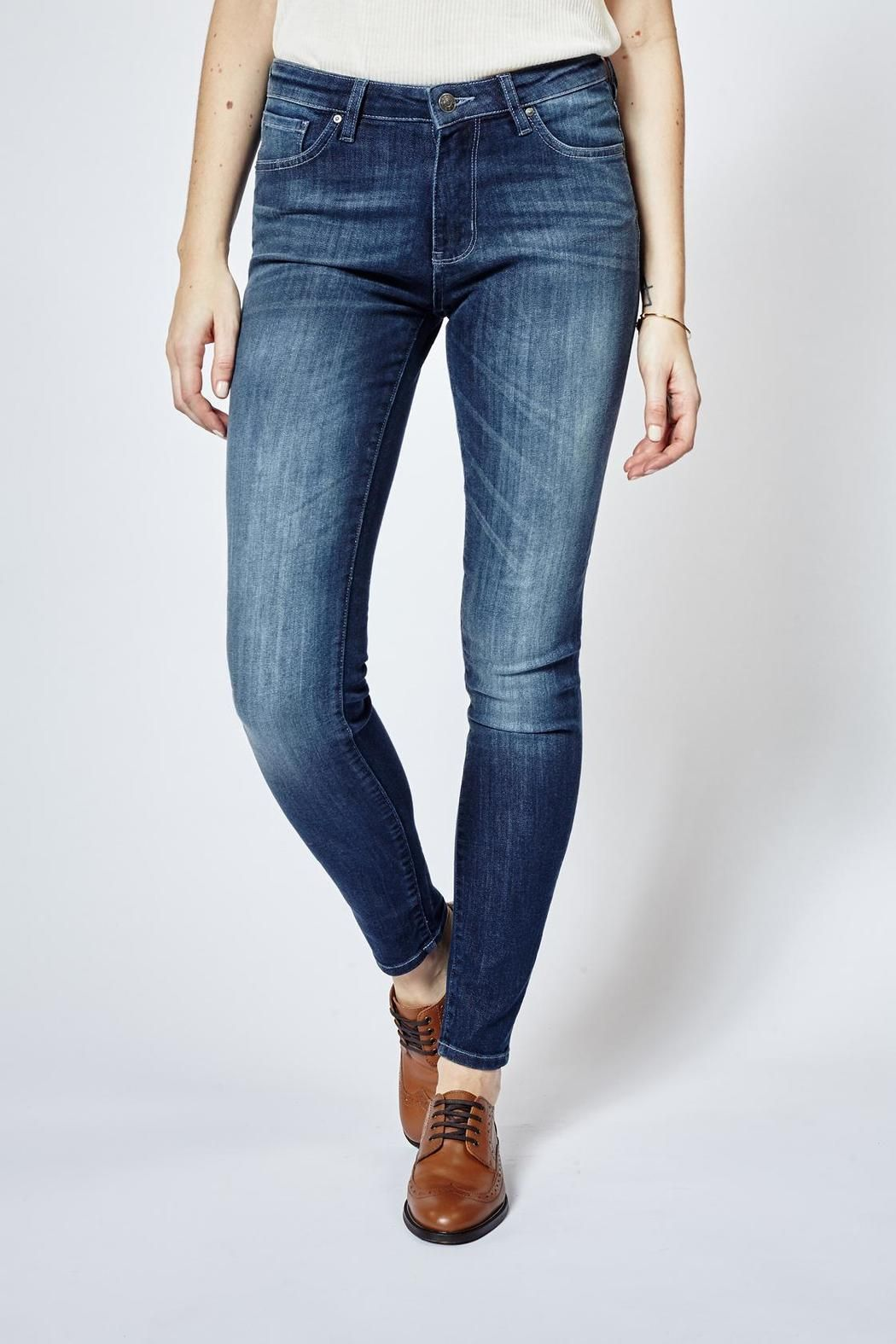 This denim stone features such as moisture wicking, temperature control and performance stretch allow for seamless transitions from life in the city to any outdoor excursions. Features include busted side seams, reinforced stress points and an articulated rise, all helping to provide ultimate comfort while on the move. Fit regular rise, slim through the hip and thigh, and fitted from the knee to leg opening. Integrating COOLMAX performance fibers into the denim allows moisture to be wicked…