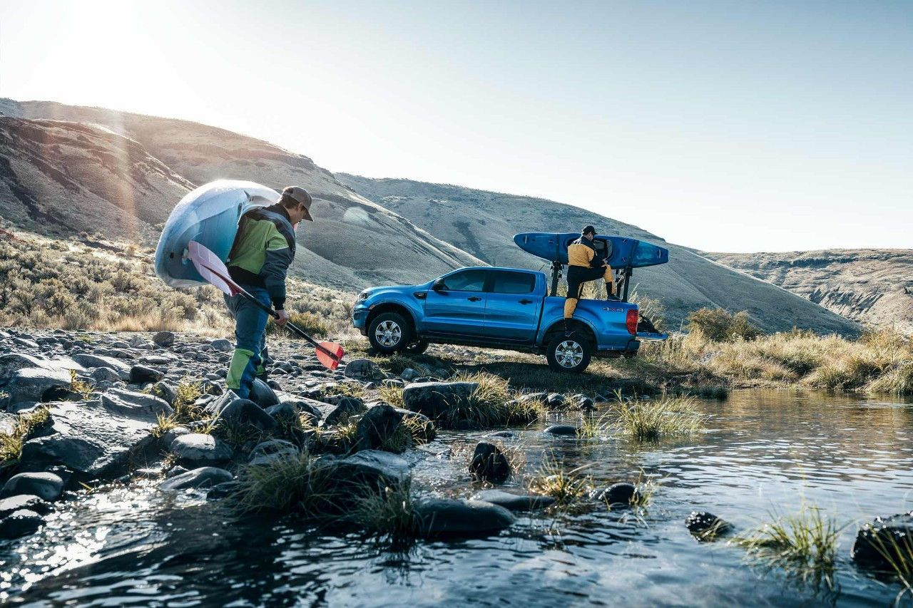 Men Unload Kayaks From 2019 Ford Ranger Xlt 4x4 Supercrew In