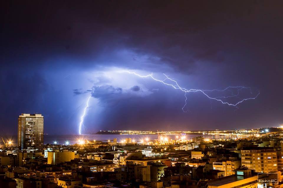 Bellas Imágenes Que Nos Brinda La Poderosa Naturaleza Bella Noche De Tormenta Intempestiva Y Agitada En Alicante Hote Noche De Tormenta Imágenes Bellas Fotos