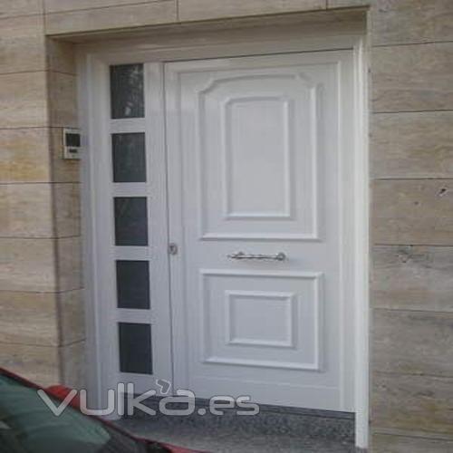 Fotos de puertas de entrada aluminio en blanco modernas for Puertas de aluminio modernas