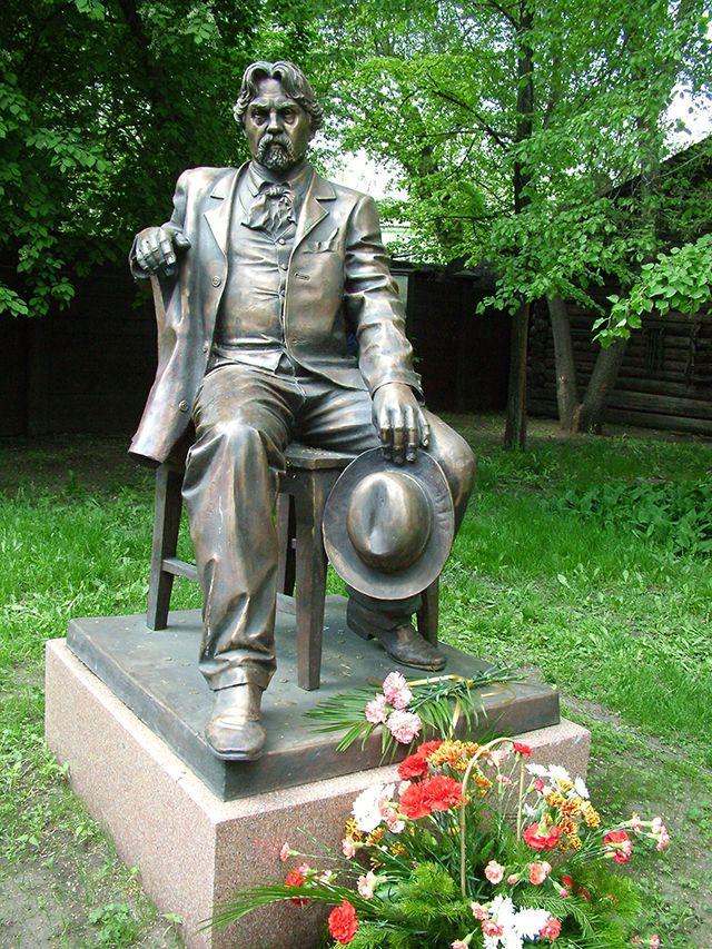 Памятник Сурикову в музее-усадьбе имени Сурикова  Красноярск, ул. Ленина, 98