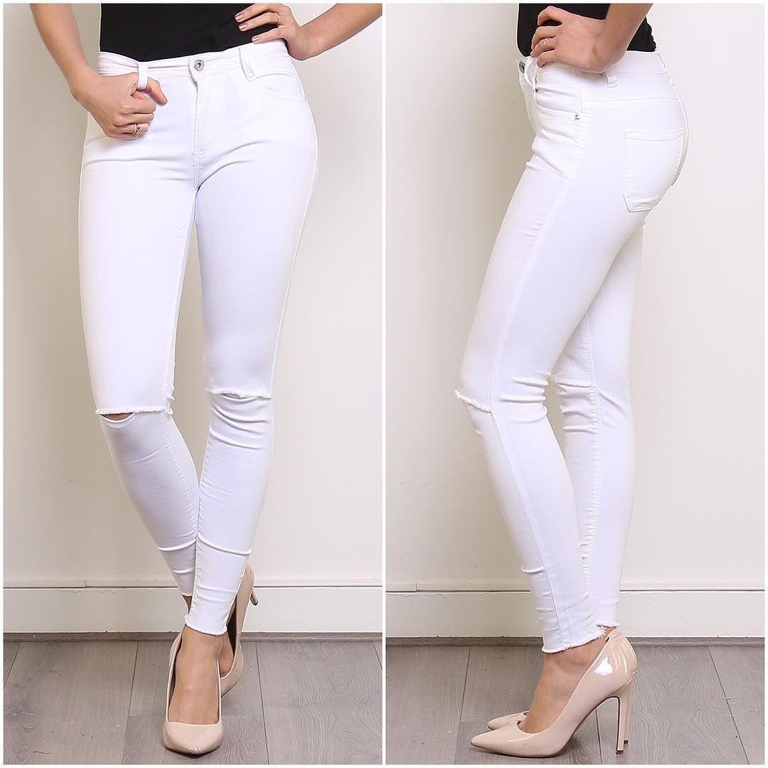 """The White Knee-Cut Jeans. We kunnen het niet ontkennen The Knee-Cuts zijn gewoon nu hartstikke hip. Of ja zoals de ouders het zeggen: """"Kapotte broek""""  Fashion is Crazy Je kunt ze zo leuk combineren. Shop ze bij ons voor maar liefst 2990. Wij versturen GRATIS dus je betaald alleen je broek geen andere onnodige kosten #kneecut #jeans #denim #broek #wittebroek #fashion #wannahave #summer #Rippedjeans by rozesassen"""