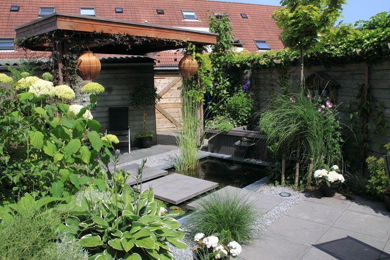 Klein afdak met lichtkoepel in kleine tuin deze tuin laat zien dat op een klein oppervlak toch - Buitentuin ontwerp ...