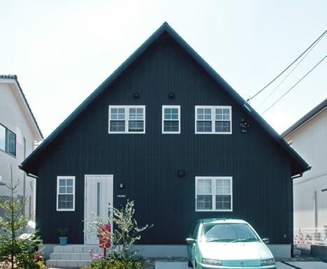 家を安く建てる方法とコストダウンの7つの基本 2階建ての家 黒い家