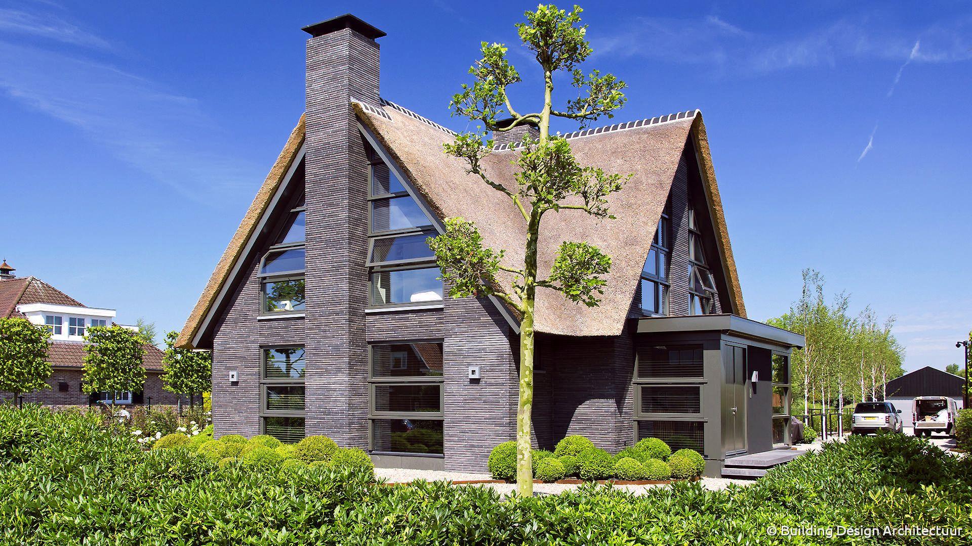 Rietgedekte villa © building design architectuur eigentijdse
