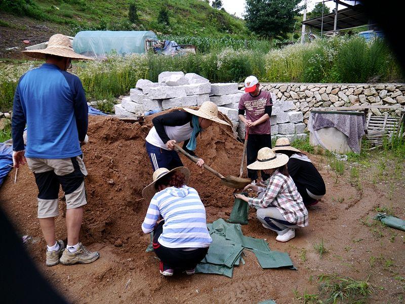 지난 7월 20일, 21일 이틀간 강원도 화천 영농작업에는 세 분의 대학생 자원봉사자 여러분이 함께 수고해주셨습니다.     장마와 태풍이 지나가고 뜨거운 여름 날씨가 다시 시작되었는데요,      무더운 날씨에도 수고하신 여러분에게 다시 한번 감사드리며      앞으로도 함께걷는길벗회와의 인연이 계속 이어지길 바랍니다.        20일 금요일에는 청인정방 지붕에 황토흙을 올리는 작업이 진행되었고      21일 토요일에는 들깨 모종을 심는 작업이 이어졌습니다.