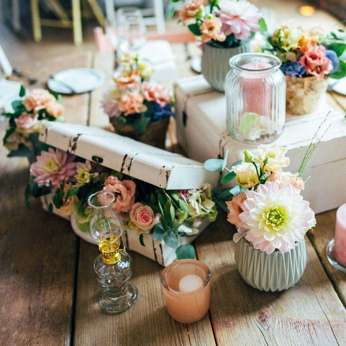 Hochzeit Tischdeko Pastell Blumen Und Bluten In Soften Farben Wie Rosa Pfirsich Und Koralle Werden In Klei Pastell Hochzeit Tischdeko Hochzeit Hochzeitstisch