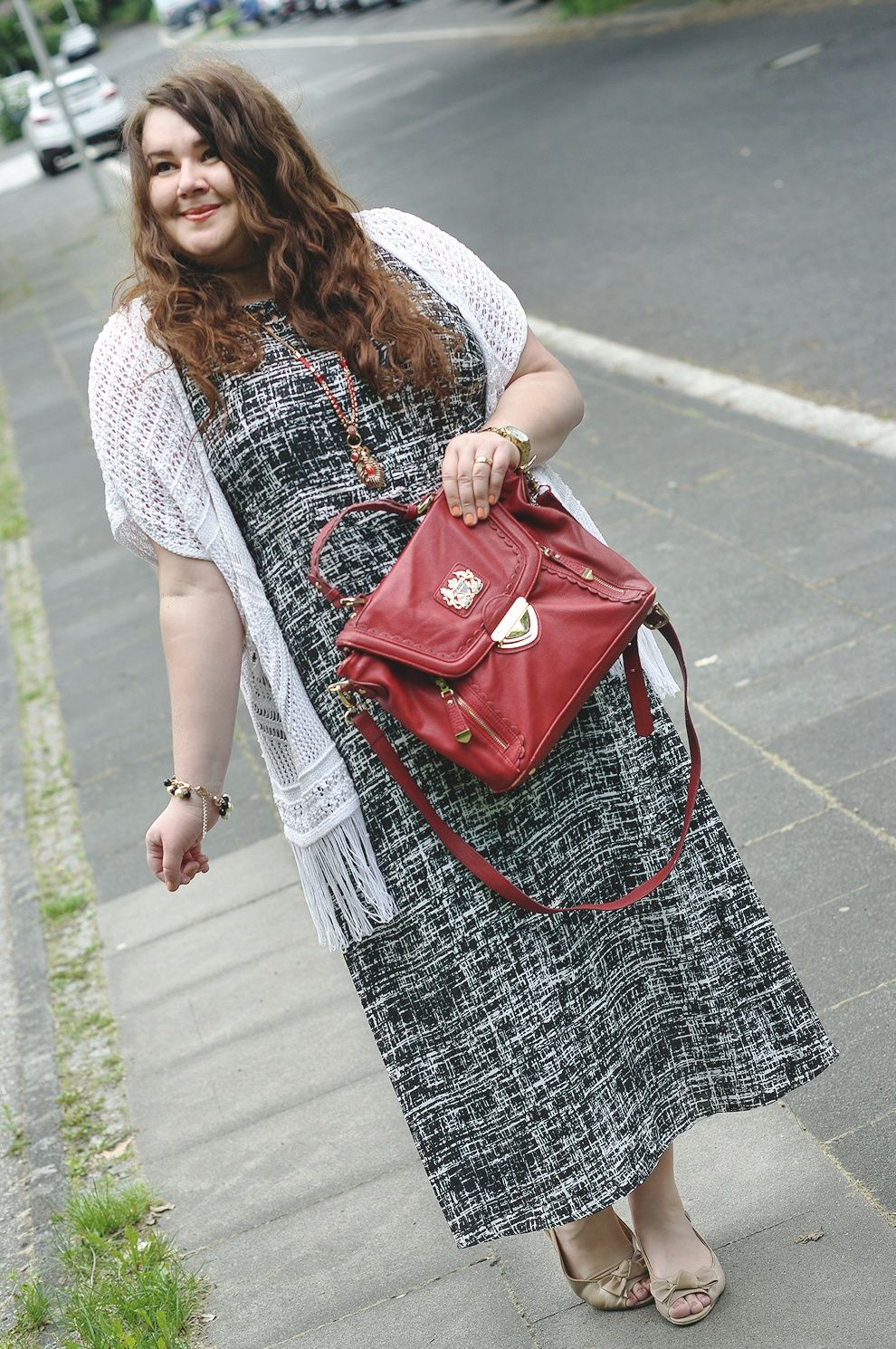 Große Größen Plus Size Fashion Blog - b&w black and white maxi dress, white crochet cardigan, red bag and nude shoes