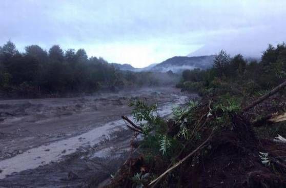 Erupción Volcán Calbuco provoca desborde del río Blanco . (abril 2015)
