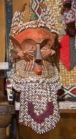Máscara africana en el mercado tradicional