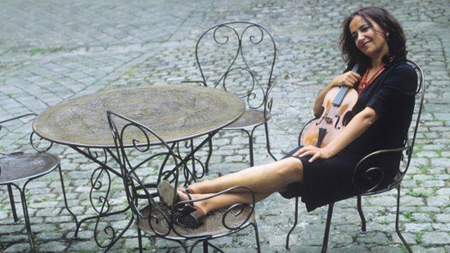 Composées par Heinrich Ignaz Franz Biber autour de 1678, les Sonates du Rosaire représentent une véritable épreuve du feu pour lʹinterprète. Dans ces sonates pour violon inspirées par les prières du rosaire, Biber utilise une scordatura (lʹaccordage du violon) qui implique des modes de jeu aussi inhabituels que complexes.  La violoniste, Hélène Schmitt, a enregistré ces 15 Sonates du Rosaire, parues chez Aelous. Elle en parle au micro dʹAnya Leveillé.