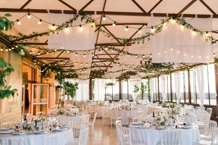 Plafond de fleurs : 20 idées déco qui habillent de fraîcheur votre salle de  mariage | Decoration plafond mariage, Deco plafond mariage, Salle de mariage