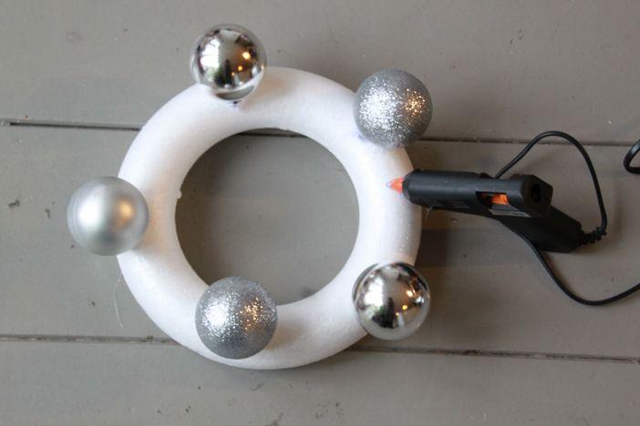 Last-minute DIY: kerstkrans van kerstballen maken - Christmaholic.nl