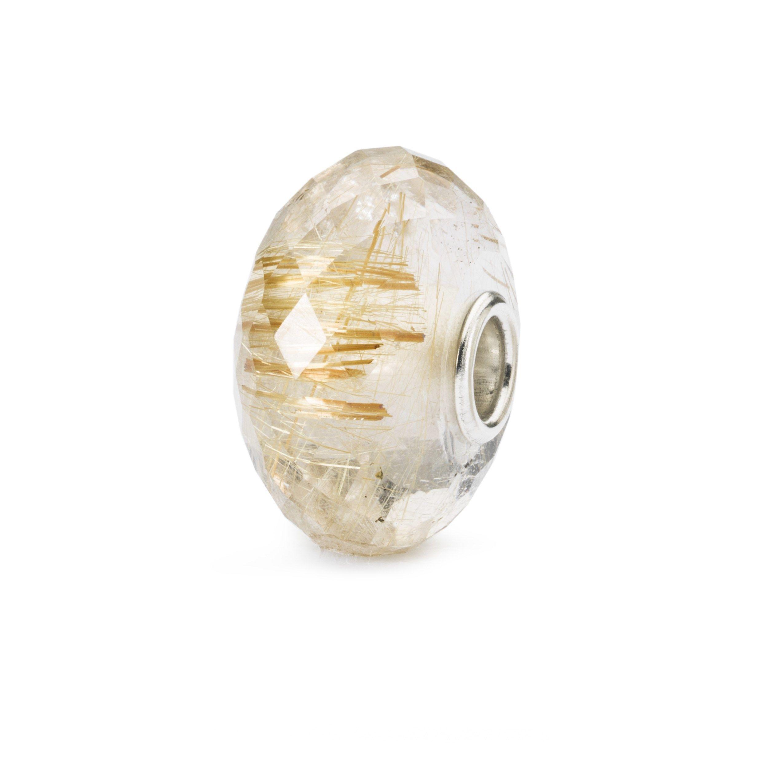 <p>De Trollbeads-dag 2017-kraal is een gouden Rutielkwarts, een edelsteen met rutiel. Rutiel ziet eruit alsof het gemaakt is van kleine naaldjes. De steen wordt ook wel venushaarsteen genoemd en varieert in kleur van heel lichte tot diepere tinten. Gouden rutielkwarts is een heel geschikte steen voor als je je leven een andere richting wilt geven. De steen reinigt en geeft energie, helpt je je leven eenvoudiger te maken, heeft het vermogen je stemming te verbeteren, en trekt naar het sc...
