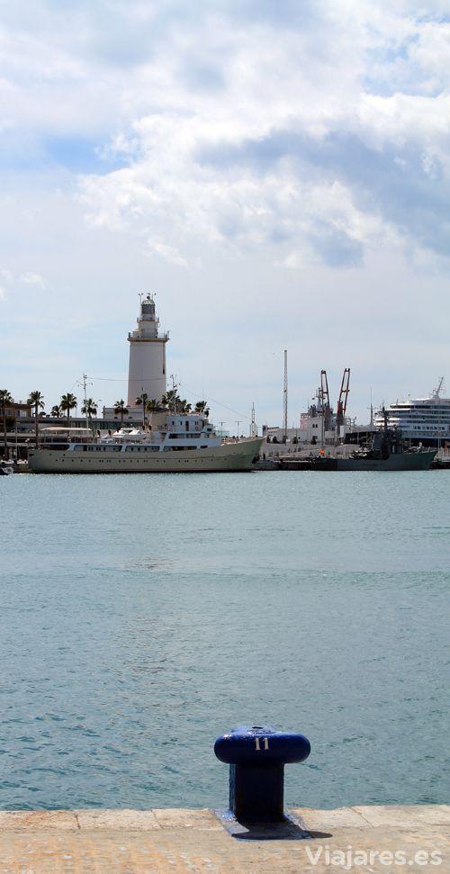 """Puerto de Málaga con """"La Farola"""" al fondo #Málaga #Andalucía #CostadelSol"""