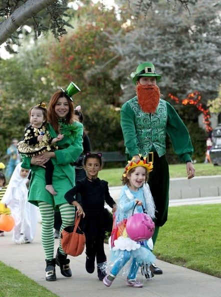 Alyson Hannigan Photos Photos - Alyson Hannigan and her husband Alexis Denisof take their kids trick-or-treating on Halloween - Alyson Hannigan and Her Family Dress Up for Halloween