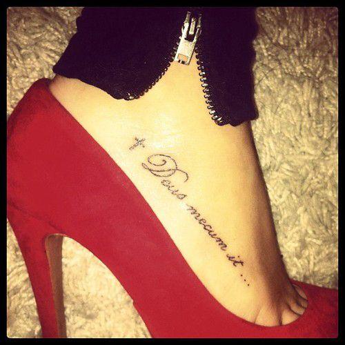 tatouage cheville femme phrase