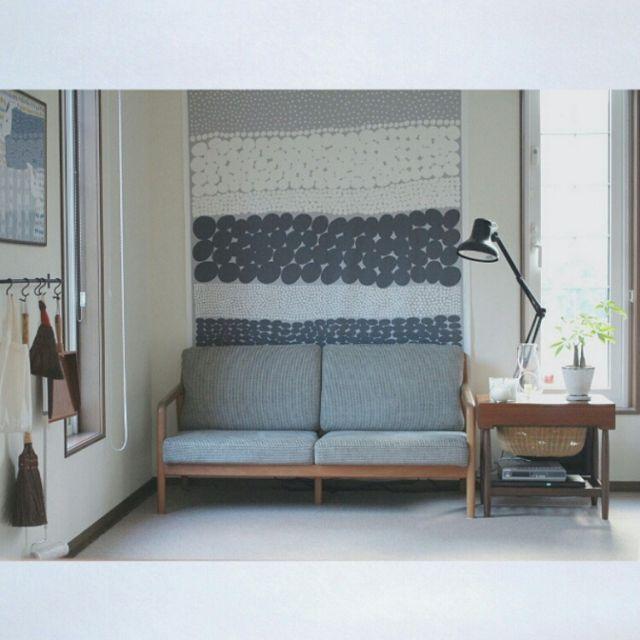 Kurumin5さんの 宮崎椅子製作所 ソファ キャンドル 窓 暮らしの道具 掃除道具 タペストリー Marimekko 北欧ヴィンテージ 北欧 リビング のお部屋写真 ソファ 模様替え インテリア