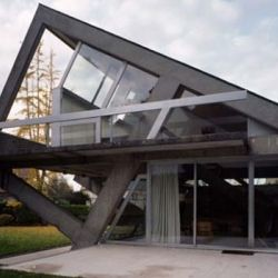 A very contemporary unique house design. The architects try to ...