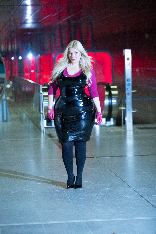 bb200d128bd7 Megabambi-Caterina-pogorzelski-plussize-curvy-Vinyl-Outfit-Lackdress-ultraviolett