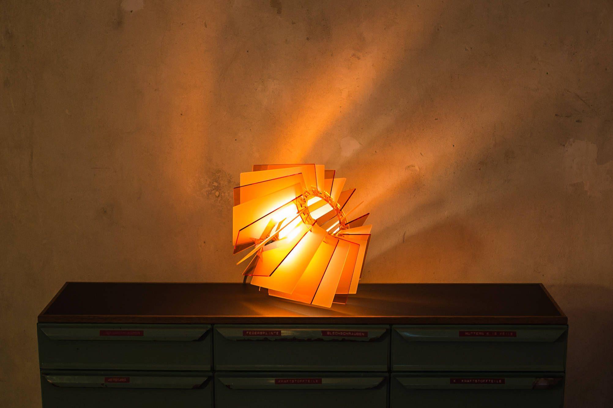 Die L16 Lampen Serie besteht aus Acrylglas und verleiht dadurch der Lampe ihren individuellen Charme. Durch die verschiedenen Färbungen und Durchlässigkeiten des Acrylglas entsteht eine besonders angenehme und individuelle Beleuchtung.  Lampe orange, Lampenschirm grafisch, Glasleuchte weiss, Hängelampe, Boden Lampe Wohnzimmerlampe, Esstischleuchte, hipster lampe, sale von UnikatUndKleinserie auf Etsy