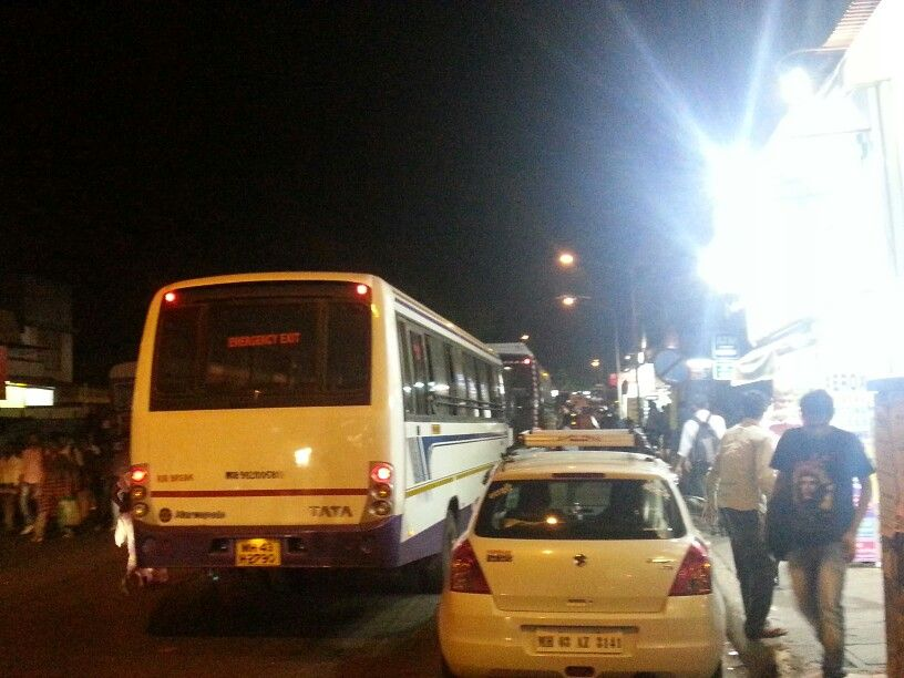Goregaon station east. Evening. Believe it or not but the actual road is on thr left of the pvt bus.
