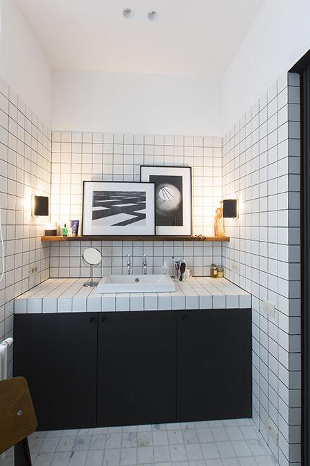 Carrelage blanc et joints noirs mixé avec du bois Salle de bain