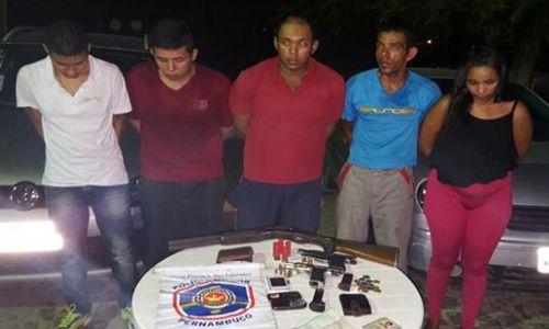 Policiais prendem quatro homens e uma mulher com armas de fogo próximo a Penitenciaria em Petrolina